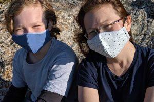 ילנה קמפל ובנה לובשים מסיכות מעוצבות נגד הקורונה